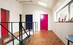 Drzwi wewnętrzne w różnych kolorach to grzech ciężki? Architekt podpowiada