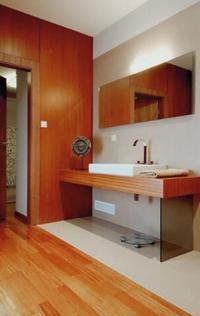 Drewno i płytki ceramiczne w łazience
