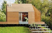 Mały drewniany domek dla dzieci. Zobacz propozycje projektantów - domek na drzewie, na wzniesieniu...