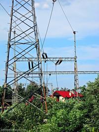 Słup energetyczny na działce budowlanej