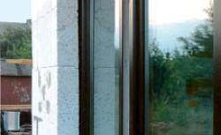 Okna, drzwi wejściowe i bramy garażowe w domach energooszczędnych