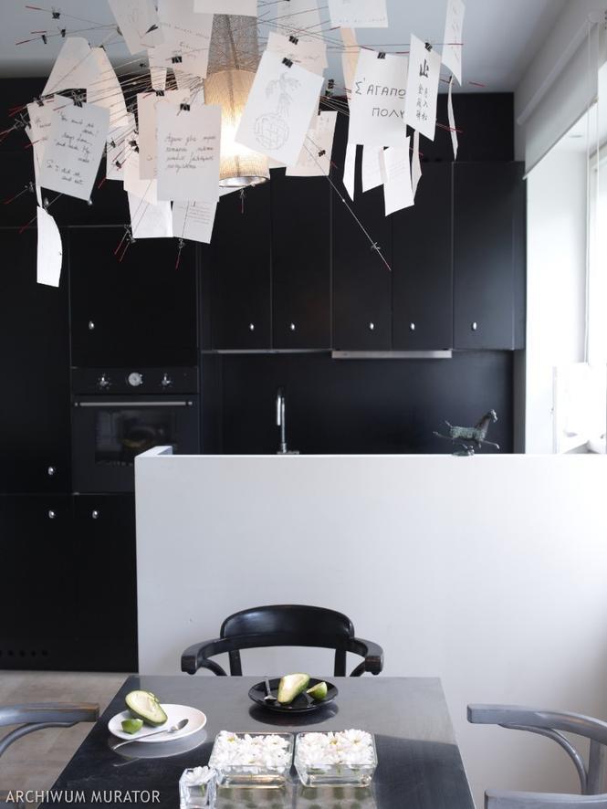 Ciekawa lampa ozdobą czarnej kuchni