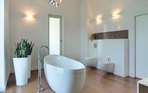 Jak urządzić salon kąpielowy? Interesujący projekt dużej łazienki