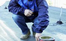 Remont dachu. Jakie materiały wybrać do uszczelniania i naprawy pokrycia oraz obróbek blacharskich