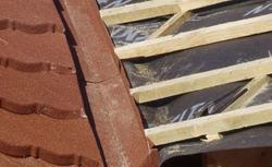 Izolacja przeciwwilgociowa przy pokryciu dachowym z blachy